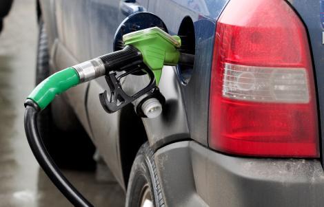 Benzina s-a ieftinit din nou, pentru a patra oara, si a ajuns sa coste 5,90 lei/litru