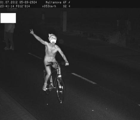 L-a luat radarul, pe bicicleta, despuiat!