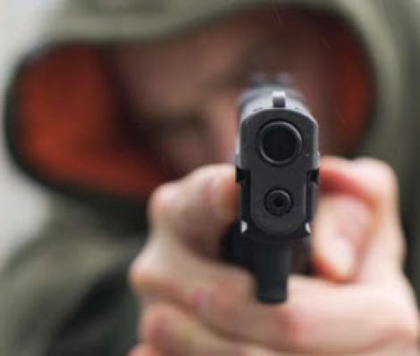 Un barbat din Borsa a fost impuscat in mana de un sofer nervos