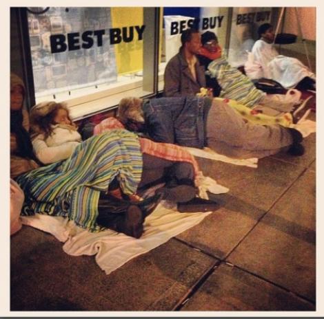 "Mii de americani s-au mutat in strada si dorm in corturi. Isteria poarta numele de ""Black Friday""!"