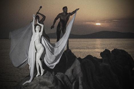 "GALERIE FOTO / Frumusetile de Next Top Model, complet expuse! Au pozat ca statui ""imbracate"" in machiaj alb!"