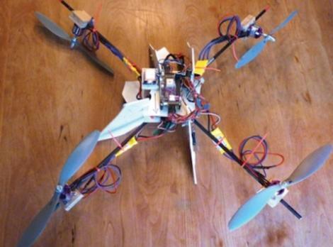 Un parinte isi urmareste copilul cu un elicopter construit personal