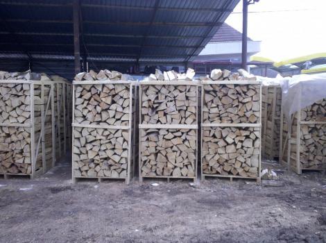 Regele Mihai trimite cinci camioane cu lemne sinistratilor