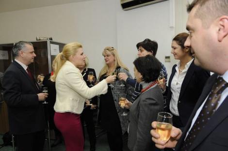 """FOTO! Vestimentatie """"de criza"""" pentru Udrea la predarea mandatului MDRT: rochie si pantofi ciclam"""