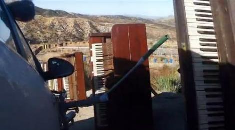 VIDEO! O formatie rock creeaza muzica cu o masina de teren