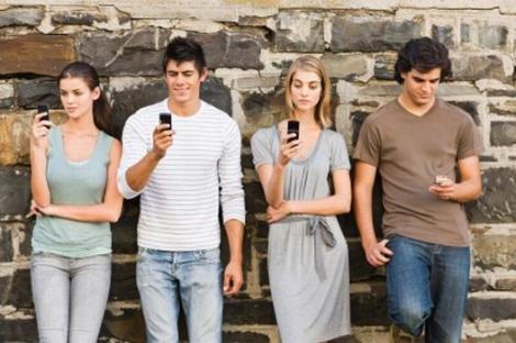 Doua din trei persoane nu se pot desparti de telefonul mobil