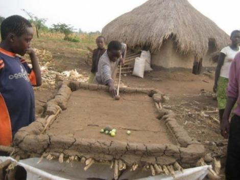 Africanii joaca biliard in conditii de saracie extrema