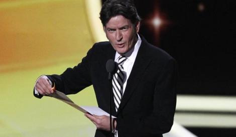 "VIDEO! Charlie Sheen isi face praf inlocuitorul: ""Ashton Kutcher nu face o treaba buna"""