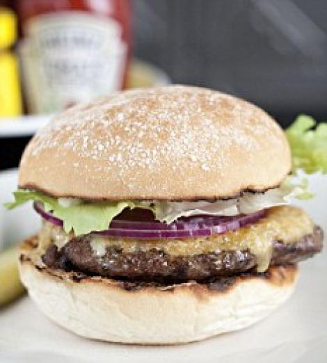 Hamburgerul cu carne artificiala, disponibil din luna octombrie