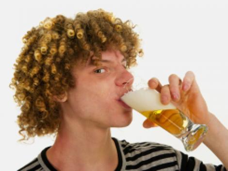 Studiu: adolescentii consuma alcool pentru ca asa vad in filme