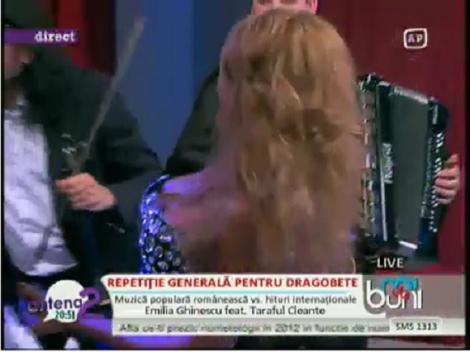 VIDEO! Cezara Darie, cu decolteul in vant pe muzica tarafului!