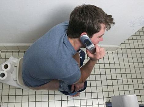 Trei sferturi din persoane recunosc ca vorbesc la telefon cand stau pe toaleta