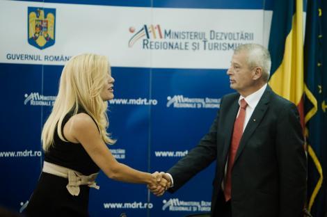 Udrea si Oprescu semneaza un contract de finantare pentru restaurarea Arcului de Triumf