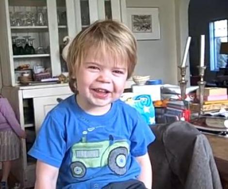 VIDEO! La doar doi ani, un baietel recita din Shakespeare!