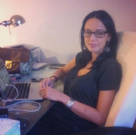 FOTO! Iti place? Andreea Raicu si-a pus ochelari!