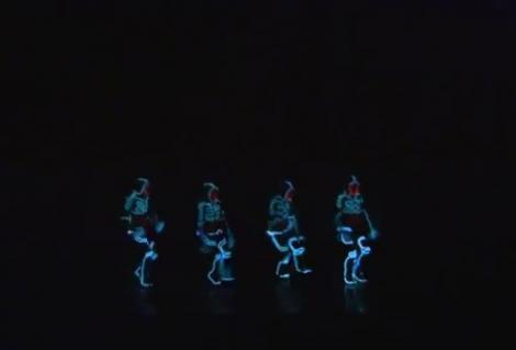 VIDEO! Un grup de tineri a dus dansul la un nou nivel folosind costume luminoase