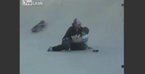 VIDEO! Cel mai inconstient tata din lume: Cade de pe skateboard cu copilul in brate