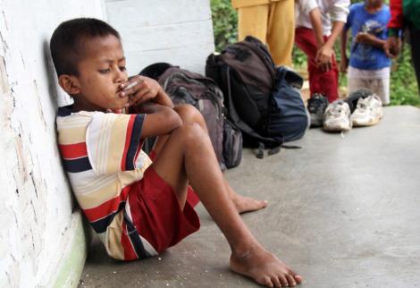 Indonezia: un baiat de opt ani fumeaza 20 de tigari pe zi