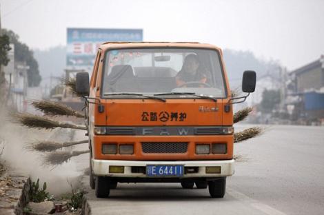 FOTO! Vezi cum se curata strazile in China!