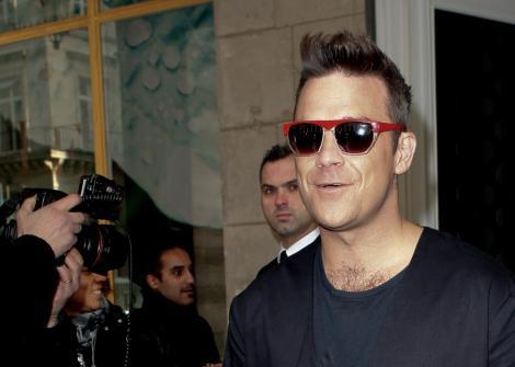Baiat cuminte: Robbie Williams se lasa de fumat!