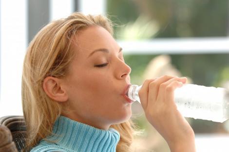 Consumul de calciu si de apa reduce riscul de a face pietre la rinichi
