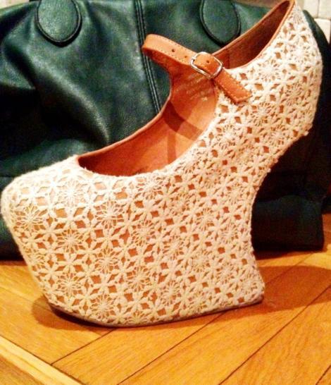 FOTO! Vezi cu ce pantofi se lauda Andreea Banica!