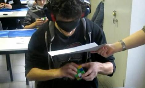 VIDEO! El rezolva un cub Rubik in mai putin de 30 de secunde!