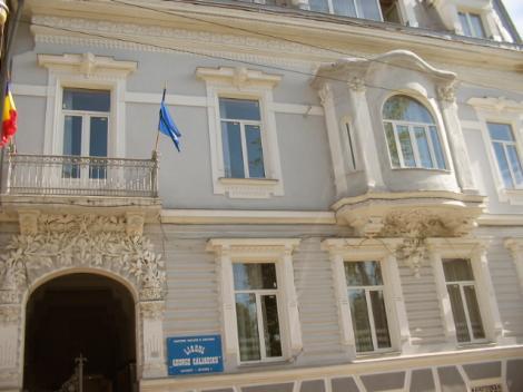 """Alerta cu bomba la Liceul """"George Calinescu"""" din Capitala. Cladirea a fost evacuata"""
