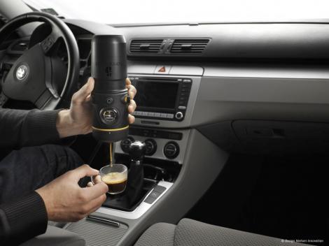 FOTO! Vezi dispozitivul portabil care prepara cafeaua!