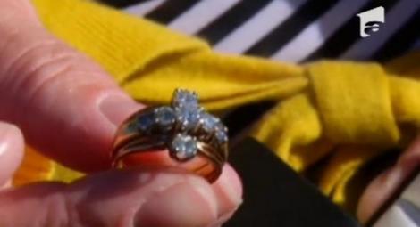 VIDEO! O femeie si-a regasit un inel cu diamante, pierdut acum un an
