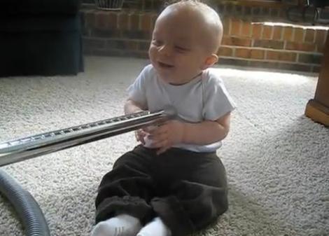 VIDEO! Aspiratorul, sursa de amuzament pentru un bebelus!