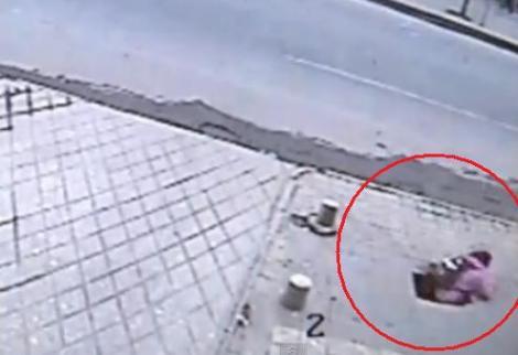 "VIDEO! China: O fata a fost ""inghitita"" de o gaura formata in trotuar"