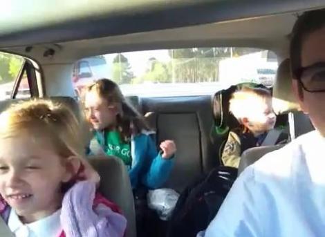 "VIDEO! Trei frati din SUA canta in fiecare dimineata ""Bohemian Rhapsody"" in drum spre scoala"