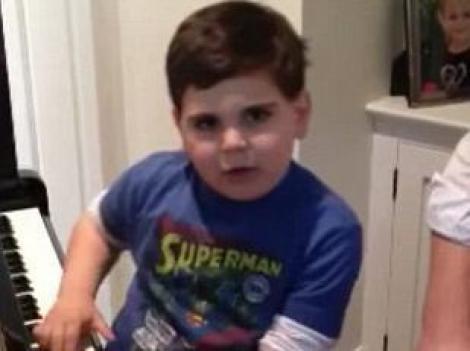 VIDEO! Are doar 6 ani, sufera de autism, insa canta divin la pian!