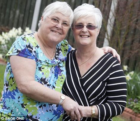 O femeie si-a cautat sora geamana timp de 55 de ani fara sa stie ca erau vecine