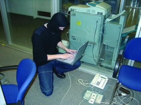 Hackerul care a spart email-urile lui Igas si Blaga, prins si cercetat in libertate