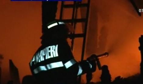 VIDEO! Mansarda mistuita de flacari la Baia Mare. Patru oameni, la un pas sa arda de vii
