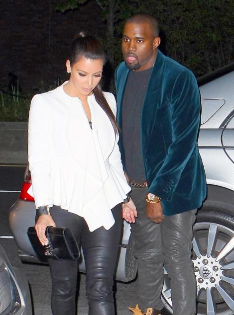 FOTO! Kanye West, in chiloti langa Kim Kardashian