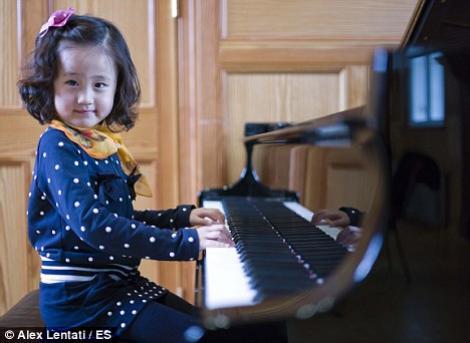 O fetita din China este o pianista desavarsita la numai patru ani