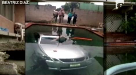 VIDEO! O familie de americani s-a trezit cu o masina in piscina casei
