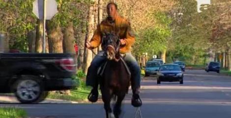VIDEO! Pentru a salva mediul, un american se deplaseaza prin oras cu un cal