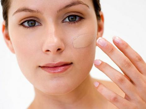 Sfaturi utile de machiaj pentru tenul acneic