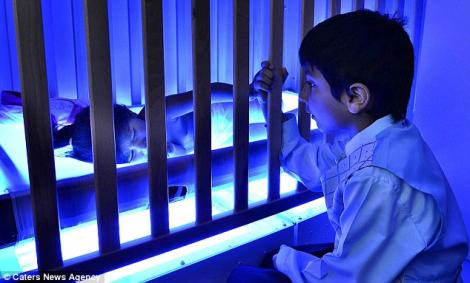 O fetita trebuie sa fie expusa luminii ultraviolete 12 ore zilnic pentru a supravietui