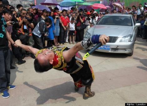 Un chinez a tras o masina cu pleoapele