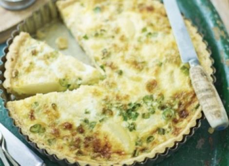 Reteta zilei: Quiche din cartofi noi, ceapa verde si branza cheddar