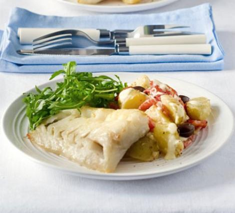 Reteta zilei: Peste la gratar cu salata de cartofi, ardei capia si masline