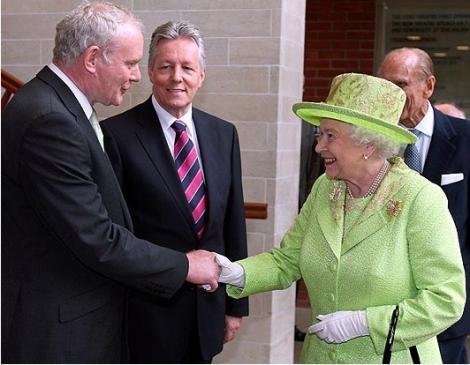 Gest istoric al reginei Elisabeta a II-a: A dat mana cu unul dintre cei responsabili pentru moartea varului sau