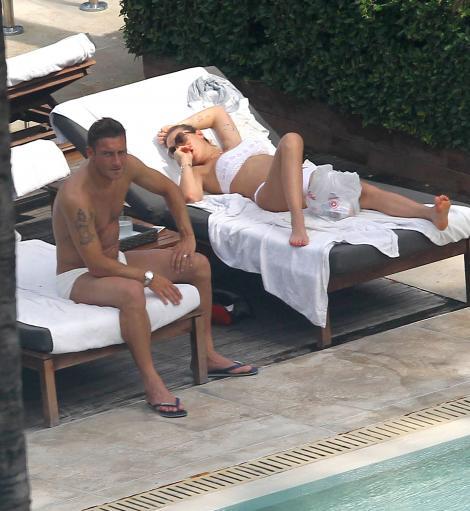 FOTO! Care sotie? Francesco Totti are ochi numai pentru telefon!