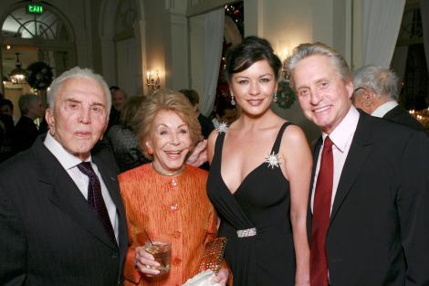 Kirk Douglas a donat 50 de milioane de dolari unor organizaţii de caritate