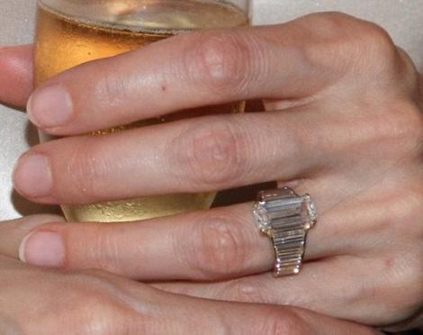 Angelina Jolie a purtat pentru prima data in public inelul de logodna